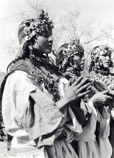 Timazighin from the Ida Ou Nadif tribe, Anti Atlas Mountains region, Morocco (1950). Photography by Jean BESANCENOT (1902-1992).
