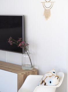 Tv-tason pelkistetty sisustus - kevyt makramee ja vahakukkakimppu - Hurmaavan valkeaa Scandinavian Home, Oversized Mirror, Tv, Furniture, Home Decor, Decoration Home, Room Decor, Television Set, Home Furnishings