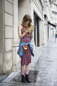 When grunge is back, it's back in full force…. Seen on the Paris streets by Veronika Heilbrunner. Love the Anya Hindmarch Crisp Packet bag!