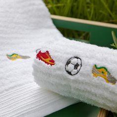 Toalha de banho bordada Chuteiras #alfaiascasa