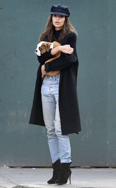 Emily Ratajkowski desperately trying to get men's attention by holding a cute dog. Cool Outfits, Casual Outfits, Fashion Outfits, Emrata Instagram, Emily Ratajkowski Outfits, Beach Bunny Swimwear, Street Style, Models Off Duty, Color Negra