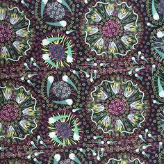 Australische Stoffe - Aborigine Design. Jeder Stoff erzählt eine Geschichte über die Tradition, Mythen und Riten der Ureinwohner Australiens. Online sind die Stoffe bei www.karlottapink.de erhältlich