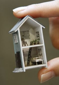 a miniature doll house? well why not a miniature miniature doll house? Miniature Rooms, Miniature Crafts, Miniature Houses, Miniature Furniture, Dollhouse Furniture, Barbie Furniture, Tiny World, Mini Things, Small Things
