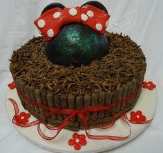 Bolo de Chocolate com Decoração da Minnie e Palitinhos de Chocolate - Chocolate Cake - https://www.docemeldoces.com/