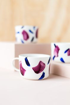 Gorgeous brushstroke coffee cups /// 7 Beautiful DIY Home Decor Projects Perfect For Fall