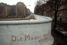 Panzersperren, Geländewagen, Hunde und spielende Kinder im Schatten der Mauer. Immer wieder irritierend, wie dieses Bauwerk aussah, das Berlin durchschnitt. Hier zeigen wir unsere Fotos - aus den 70ern, 80ern und 90ern.