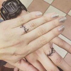 Wedding ring tattoos finger designs tattoo for men on of the best wedding ring tattoo designs Finger Tattoo Designs, Band Tattoo Designs, Ring Finger Tattoos, Couples Ring Tattoos, Simple Wedding Bands, Curved Wedding Band, White Gold Wedding Bands, Trendy Wedding, Wedding Band Tattoo