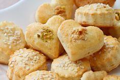 Сырное печенье Сырное печенье Рецепт сырного печенья довольно прост, но результат превосходит все ожидания: оно получается очень нежным, хрупким и воздушным. Его можно готовить из одного или нескольких видов сыра; в данном случае использовались Камамбер и Гауда. Сырное печенье прекрасно подходит к супу, а также подаётся в качестве закуски к пиву, вину или шампанскому.