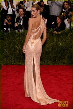 "Best Dressed at Met Gala 2015 ""Sexy Glam"": Rosie Huntington Whiteley in an Atelier Versace Spring 2015 Couture swearl cutout details neutral cream gown at the Metropolitan Museum of Art Costume Institute Gala 2015 ""China: Through the Looking Glass"". Red Carpet Dresses, Women's Dresses, Nice Dresses, Formal Dresses, Awesome Dresses, Rosie Huntington Whiteley, Beautiful Gowns, Beautiful Outfits, Gorgeous Dress"