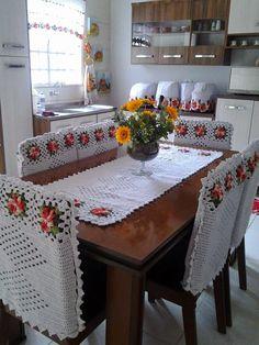 Paty Crochê: Jogo de capas de cadeira com caminho de mesa