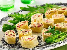 Pehmitä kulhossa kauhalla sekoittamalla juusto ja margariini. Sekoita joukkoon muut täytteen aineet ja levitä rieskoille. Kääri tiukalle rullalle ja leikkaa viipaleiksi (n. 1,5 cm). Tarjoile alkupaloina, pikkusuolaisina tai osana buffet-pöytää.