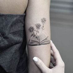 Love books, and thinking about getting a tattoo? Look no further than these 30 bookish tattoos for that ink inspiration. Body Art Tattoos, New Tattoos, Sleeve Tattoos, Cool Tattoos, Hp Tattoo, Ankle Tattoos, Arrow Tattoos, Tiny Tattoo, Tattoo Flash