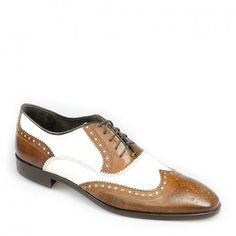 c57050ba31a8 Eleganti scarpe in finissima pelle di vitello con foratura e spazzolatura a  mano, con suola in cuoio cucita e incollata con tacco 3cm, col.  marrone bianco ...