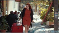 Fox TV yayınlanan Kiraz Mevsimi dizisinde Şeyma Çetin karakterini canlandıran Nilperi Şahinkaya'nın 13. bölümünde giydiği turuncu belden kemerli elbiseye
