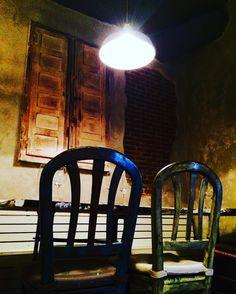Una luz para dos sillas vacías y una ventana cerrada... #madrid #olloclip