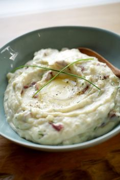 Learn how to make 2 wonderful potato side dishes everyone should have in their repertoire! Smashed potatoes with garlic, parsley and parmesan and mashed potatoes with sour cream and chives. Sour Cream Mashed Potatoes, Easy Mashed Potatoes, Mashed Potato Recipes, Fall Dinner Recipes, Sunday Recipes, Brunch Recipes, Savoury Recipes, Yummy Recipes, Thanksgiving Side Dishes