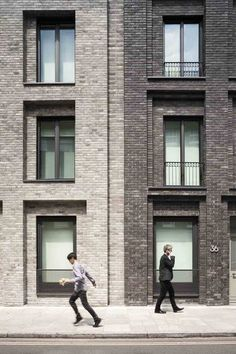 of Corner House / DSDHA - 4 Image 4 of 29 from gallery of Corner House / DSDHA. Photograph by Luca Miserocchi Detail Architecture, Modern Architecture Design, Brick Architecture, Facade Design, Residential Architecture, Christian De Portzamparc, Eckhaus, Brick Detail, Brick Masonry