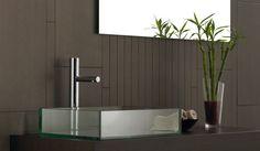 Badkamer Showroom Lisse : Basic badkamer met mozaïek tegels in de douche. de wand in de rest
