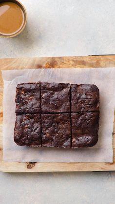 Cette recette de brownies facile ne prend que quelques minutes à faire et ne nécessite qu'un micro-ondes. C'est l'allié des étudiants ou des personnes qui n'ont pas de four. Ce sont les brownies parfaits quand tu as envie de brownies là, maintenant, tout de suite. Easy Baking Recipes, Easy Cake Recipes, Cooking Recipes, Dessert Drinks, Fun Desserts, Dessert Recipes, Chocolate Cake Recipe Easy, Deli Food, Yummy Food