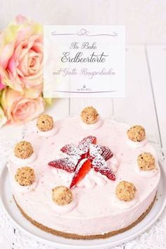 Eine ganz tolle Erdbeertorte, die schnell gerührt ist und nur in den Kühlschrank muss um fest zu werden, ist jetzt genau das Richtige für die warmen Tage. Das Highlight ist jedoch der Knusperboden mit Giotto. #Nobake #Erdbeertorte #Erdbeeren #Dessert #Torte #Rezept #Sommertorte