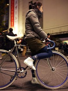 fixie girl // Ts! Cycle Chic, Fixed Gear Girl, Cycling Girls, Road Bike Women, Bicycle Girl, Bike Style, Puffy Jacket, Bicycle Accessories, Fountain Pens