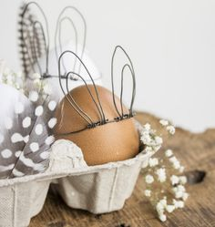A little DIY for Easter. A little DIY for Easter. From wire small rabbit ears are made. A coronation for every Easter breakfast. Big Easter Eggs, Easter Table, Easter Bunny Ears, Happy Easter, Mason Jar Crafts, Mason Jar Diy, Easy Diy Crafts, Diy Craft Projects, Simple Crafts