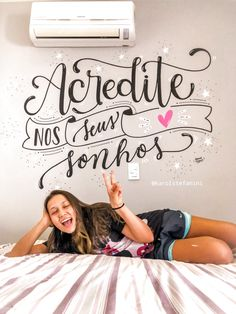 Pinturas em parede com LETTERING por @karolstefanini Lettering Tutorial, Silhouette Cameo Tutorials, Chalk Lettering, Learn Calligraphy, Posca, Letter Wall, Planner Pages, Corporate Gifts, Room Decor Bedroom