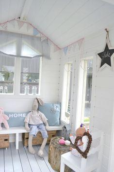 Fru Emma og Co: Lekehytte del 2 Kids Cubby Houses, Kids Cubbies, Play Houses, Kids Garden Playhouse, Wooden Playhouse, Little Girls Playhouse, Playhouse Interior, Playhouse Decor, Summer House Interiors