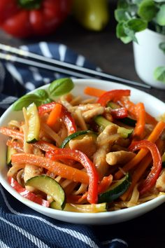 Chow mein with vegetables - Flavors on the plate - Przepisy i jedzenie - Makaron Chow Mein, Chow Chow, Kung Pao Chicken, Ratatouille, Tofu, Pasta Salad, Good Food, Food And Drink, Plates