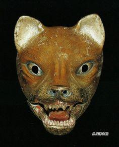 日本の伝統芸能、狂言のモチーフにもなっている狐。本物の狐に近い狐のお面。
