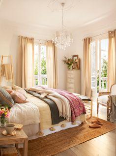 Domritorio con cama vestida, colcha, plaid, sifonier blanco con cuadros, escalera decorativa y flores y chandelier_00397918