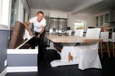 Også kjøkkenmøblene har han selv snekret. Solid bord, og benk med mulighet for oppbevaring. FOTO: KARL BRAANAAS