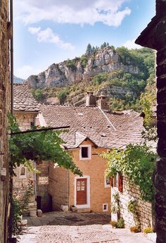 Sainte-Enimie, Lozère, France http://upload.wikimedia.org/wikipedia/commons/thumb/7/76/France_Lozere_Sainte-Enimie_05.jpg/640px-France_Lozere_Sainte-Enimie_05.jpg