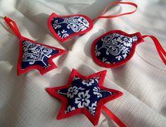 Vánoční modrotiskové ozdoby Vánoční ozdoby z modrotisku ve tvaru zvonečku, kouličky, stromečku a hvězdičky obšité červeným šikmým proužkem s červenou mašličkou na zavěšení. Velikost jedné ozdoby cca 9 cm.  Cena je uvedena za sadu, lze však zakoupit i jednotlivě za 65 Kč/ks.