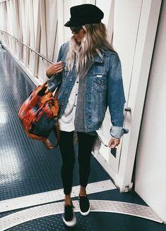 10 Peças atemporais que toda fashion girl tem no closet. Boina preta, jaqueta jeans, t-shirt branca, calça legging preta, tênis sem cadarço preto