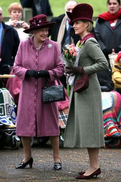 2006 - Queen Elizabeth II (left) wearing her with Sophie, Countess of Wessex on Christmas Day. Royal Fashion, Love Fashion, Fashion Outfits, Sophie Rhys Jones, Royal Family Christmas, Christmas Decor, Countess Wessex, Royal Family Portrait, Louise Mountbatten