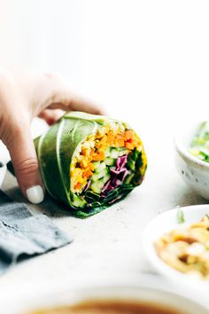 Detox Rainbow Roll-Ups with curry hummus and veggies in a collard leaf, dunked in peanut sauce! most beautiful healthy desk lunch. Vegetarian Cabbage, Vegan Vegetarian, Vegetarian Recipes, Healthy Recipes, Paleo, Healthy Wraps, Vegan Food, Detox Recipes, Lunch Recipes