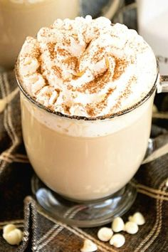 Delicious, Easy, Homemade White Chocolate Latte Recipe that Will Have You Sipping Lattes Whenever You Want! Chocolate Latte Recipe, Nespresso, Yummy Drinks, Yummy Food, Fancy Drinks, Dessert Drinks, Homemade Iced Coffee, Caramel Latte, Sorbets