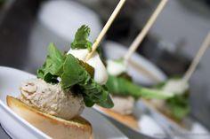 Abreboca: Brusqueta de cerdo, rucula, pepinollo dulce y salsa secreta Chef: Carlos Hernandez Lugar: Cegama