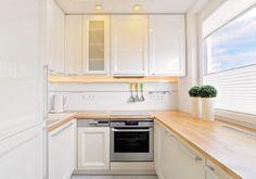 kleine Küche in U Form in weiß mit Holz Arbeitsplatte
