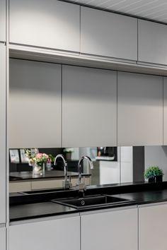 Peililasi keittiön välitilassa luo tilan tunnetta keittiöön.