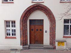Koszalin. Portal w kamienicy gotyckiej z XIV wieku. Stan z 17 kwietnia 2015 roku.