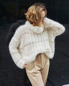Image may contain: one or more people and people standing Chunky Oversized Sweater, Chunky Knitwear, Fluffy Sweater, Mohair Sweater, Thick Sweaters, Hand Knitted Sweaters, Knit Fashion, Sweater Fashion, Style Fashion
