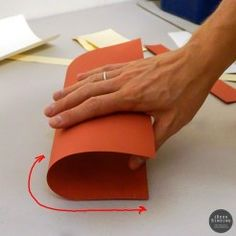 Determining grain direction by bending a sheet of paper. Book Crafts, Paper Crafts, Bookbinding Supplies, Books Art, Techniques Couture, How To Make Box, Book Projects, Handmade Books, Book Binding
