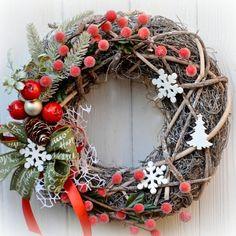 Vánoční+věnec+Bobulky+zasněžené+Elegantní+vánoční+věnec+na+dveře+nebo+do+interieru,+v+moderním+stylu+z+přírodního+materiálu,+umělých+bobulek+ozdobných+komponentů+s+krásnou+stuhou+s+vánočními+nápisy.+Vhodný+do+interiéru+i+exteriéru.+Průměr:+32+cm