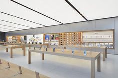 The Apple Store at Brickell City Centre Opens Saturday Interior Design And Technology, Shop Interior Design, Retail Design, Store Design, Display Shop, Store Displays, Museum Displays, Iphone Store, Mobile Shop Design