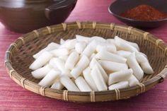 Demam Korea kian menjamur, mulai dari drama hingga makanan khasnya. Salah satu makanan khas Korea adalah Tteokbokki yang dibuat dari Garaetteok, sebagai bahan utamanya. Mau tahu cara membuat Garaetteok sendiri di rumah?