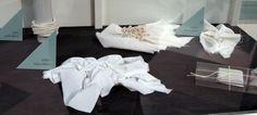 Lo shibori è una tecnica di tintura a riserva, il che significa che parte del tessuto viene impermeabilizzata e preservata dalla tintura. Mentre per il tye and dye ciò avviene realizzando dei nodi e nel batik vengono usate delle cere vegetali, nello shibori vengono eseguite delle imbastiture che danno modo di ottenere delle fantasie davvero affascinanti. Ecco dei campioni di imbastiture precise e meticolose.
