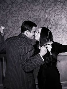 John Astin and Carolyn Jones as Gomez and Morticia Addams ❤❤ Series Quotes, Los Addams, The Addams Family 1964, Morticia And Gomez Addams, Charles Addams, Carolyn Jones, Foto Poster, Family Values, Film Serie