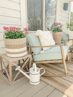 Simple + Cozy Deck for Summer. Easy and simple outdoor decor ideas. Outdoor Deck Decorating, Porch Decorating, Outdoor Decor, Decorating Ideas, Summer Porch, Home Porch, Front Deck, Front Porches, Deck Furniture